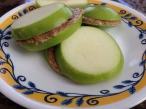 כריך מפרוסות תפוח ירוק וממרח שקדים